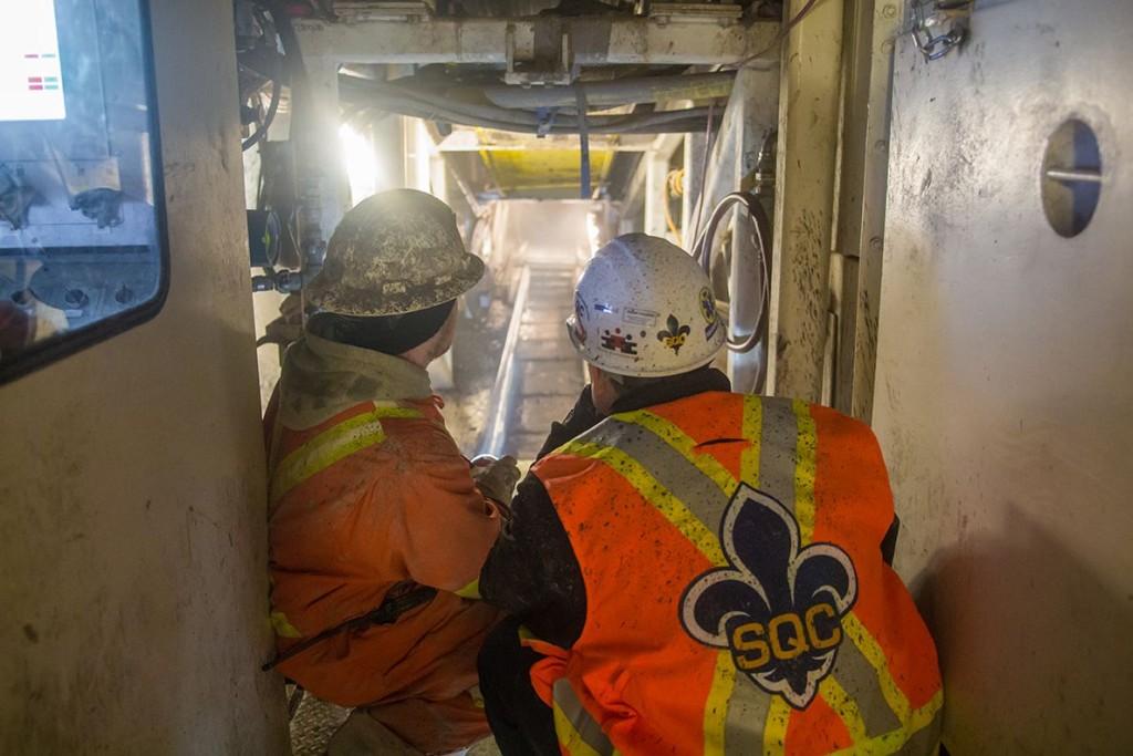2 hommes de dos sur chantier