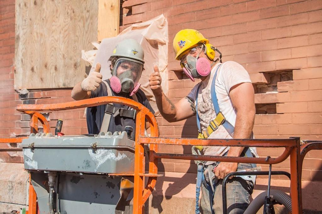 2 hommes mur de briques